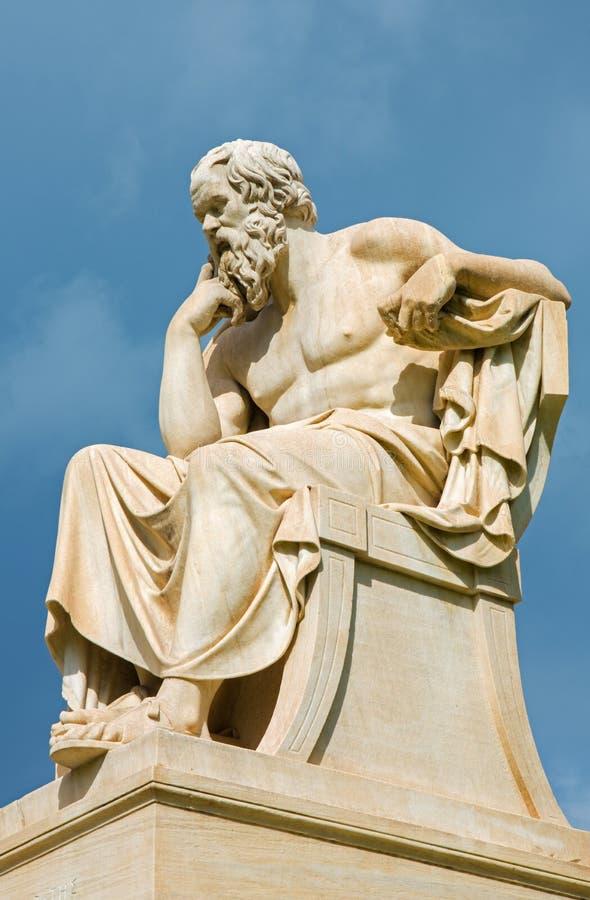 Atenas - a estátua de Socrates na frente da construção nacional da academia pelo escultor italiano Piccarelli fotos de stock royalty free
