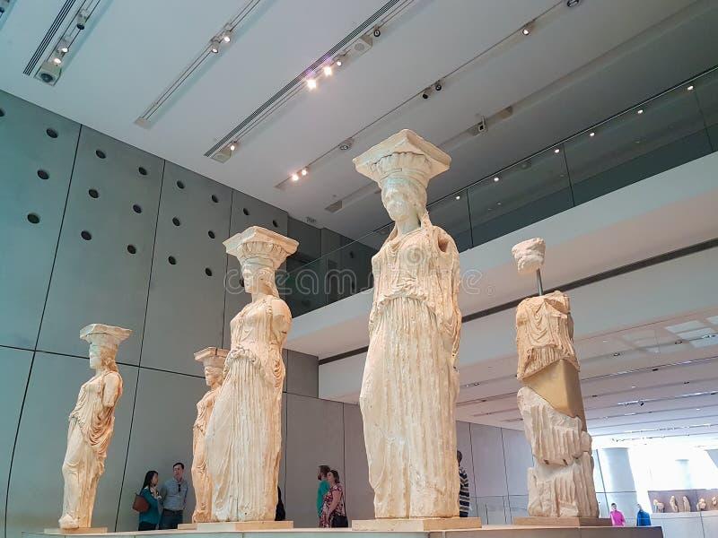 Atenas, Grécia 2 de abril de 2017 Povos que visitam as cariátides no museu da acrópole em Atenas imagem de stock