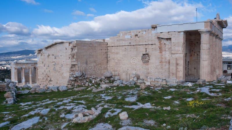 ATENAS, GRÉCIA - 20 DE JANEIRO DE 2017: O Erechtheion um templo do grego clássico no lado norte da acrópole de Atenas fotografia de stock
