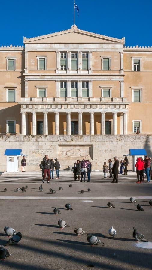 ATENAS, GRÉCIA - 19 DE JANEIRO DE 2017: O parlamento grego em Atenas, Attica imagens de stock royalty free