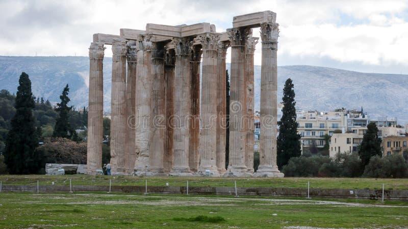 ATENAS, GRÉCIA - 20 DE JANEIRO DE 2017: Templo do olímpico Zeus em Atenas foto de stock royalty free