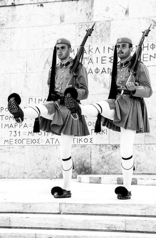 ATENAS, GRÉCIA - 21 DE JULHO DE 2017: Protetores em mudança cerimoniais em Atenas imagens de stock