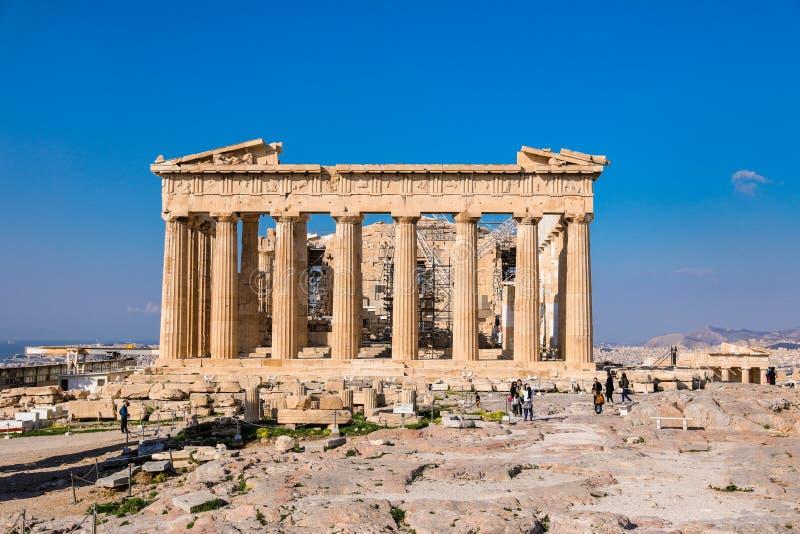 Atenas, Grécia - 14 de março de 2017: Fachada oriental do templo do Partenon na acrópole de Atenas, Grécia imagem de stock