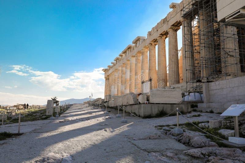 Atenas, Grécia - 14 de março de 2017: Fragmento da parede arquitetónica dos elementos do grego clássico do templo do Partenon na  fotografia de stock royalty free