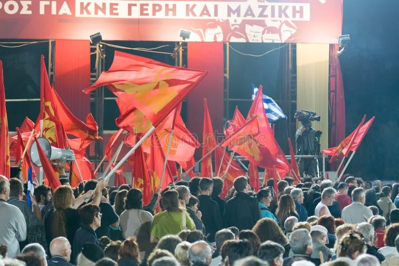 Atenas, Grécia 10 de outubro de 2015 Fãs da esquerda KKE que acena suas bandeiras no discurso do público de Dimitris Koutsoubas fotografia de stock