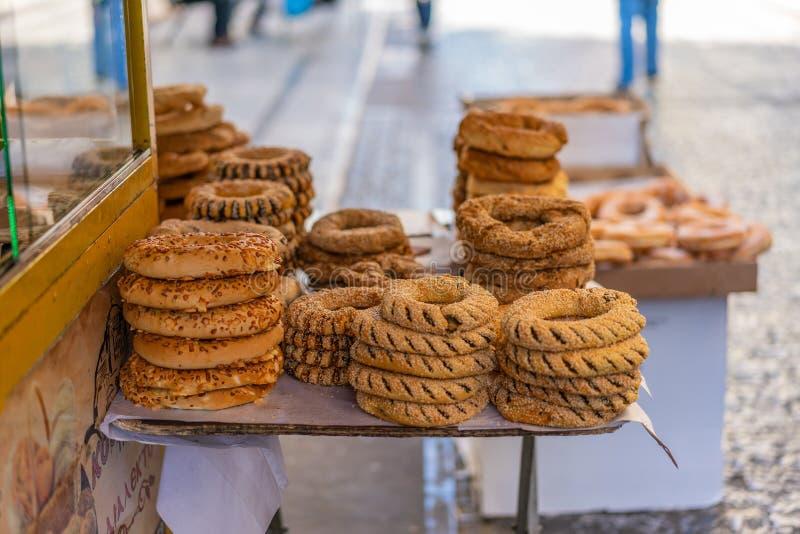 ATENAS, GRÉCIA - 16 DE SETEMBRO DE 2018: Bagels gregos na rua de Ermou em Atenas imagens de stock royalty free