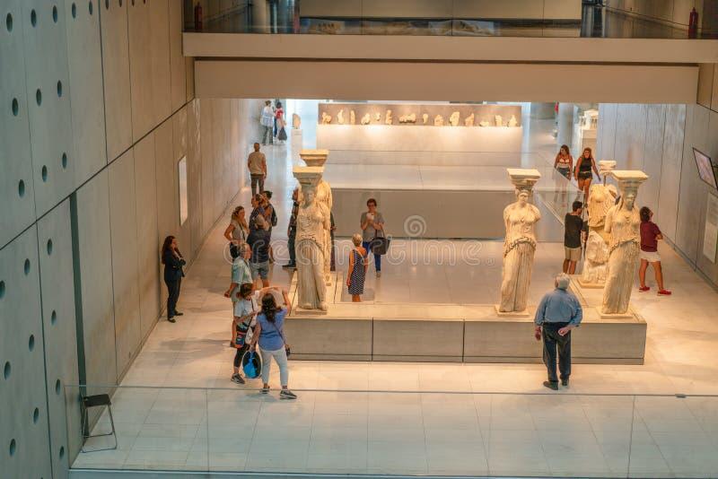 ATENAS, GRÉCIA - 16 DE SETEMBRO DE 2018: Esculturas das cariátides Vista interior do museu novo da acrópole em Atenas fotografia de stock