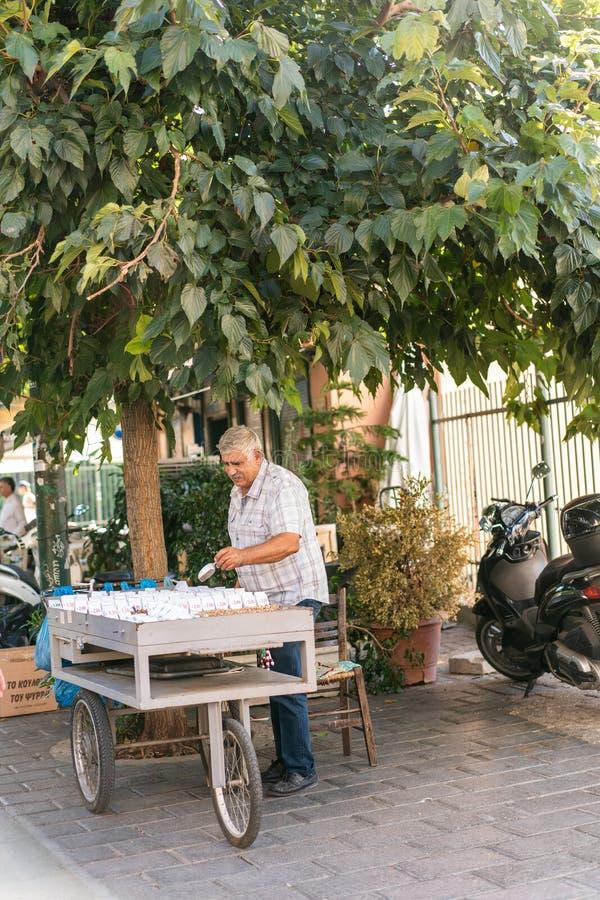 ATENAS, GRÉCIA - 17 DE SETEMBRO DE 2018: Feira da ladra de Monastiraki Compra dos povos em lojas de lembranças em Plaka, Atenas fotos de stock