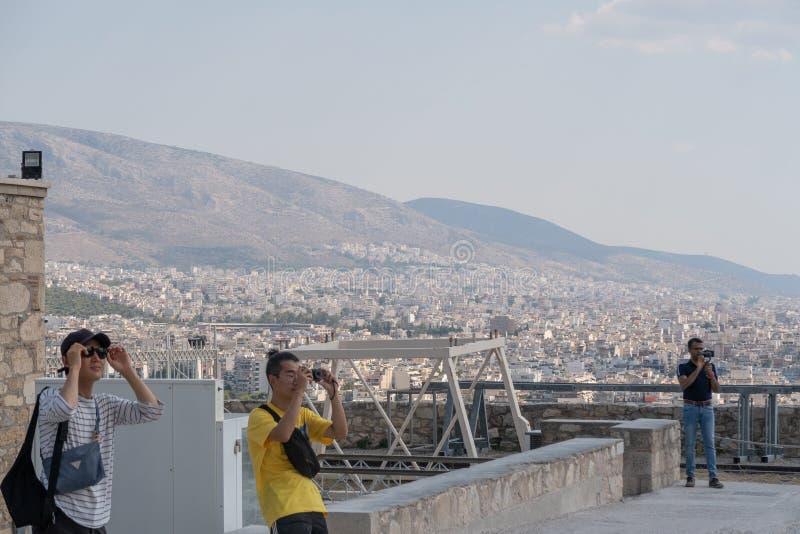 ATENAS, GRÉCIA - 16 DE SETEMBRO DE 2018: Grupo de viagem dos turistas imagem de stock