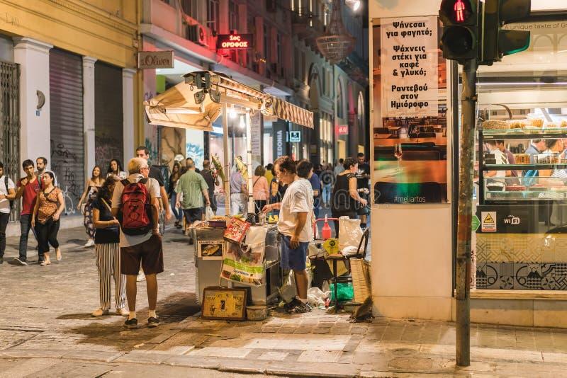 ATENAS, GRÉCIA - 16 DE SETEMBRO DE 2018: Opiniões da noite da cidade de Atenas Povos que relaxam após o trabalho fotos de stock