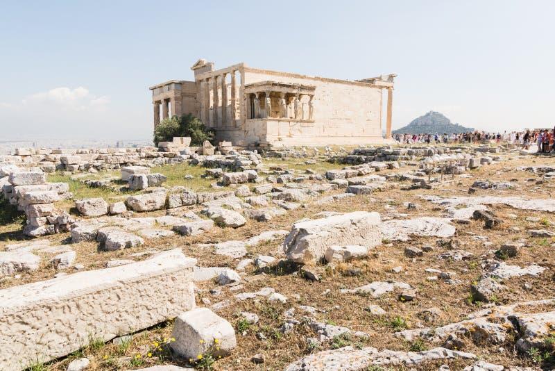 ATENAS, GRÉCIA - EM MAIO DE 2018: Turistas que visitam as ruínas do templo de Athena Polias imagens de stock royalty free