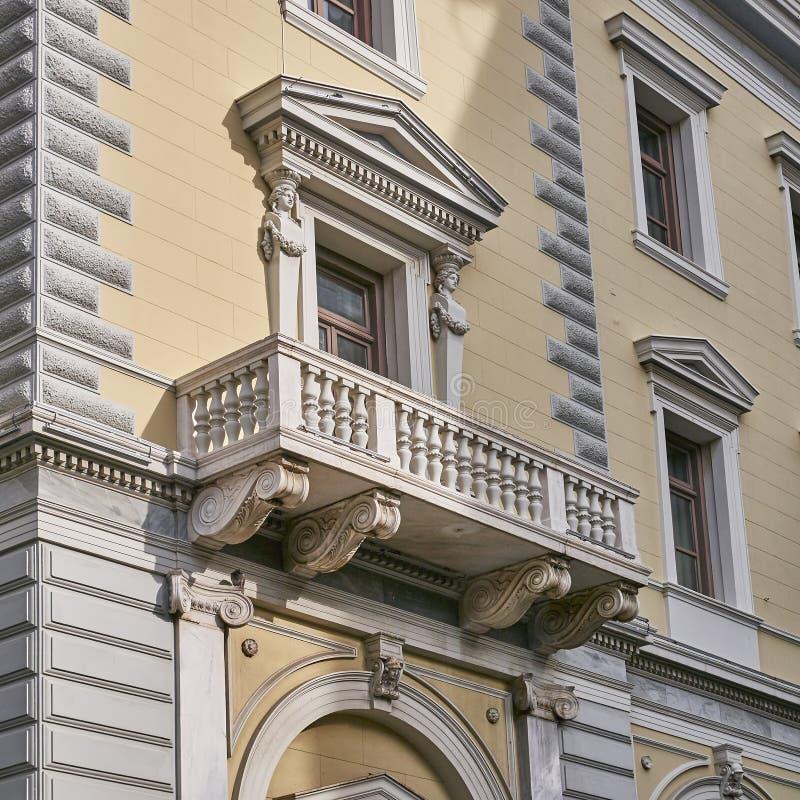 Atenas, Grécia, o balcão neoclássico da construção fotografia de stock royalty free