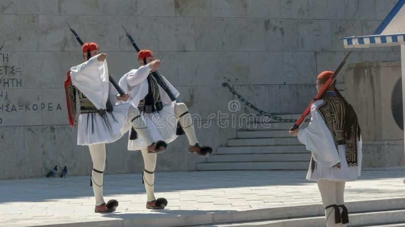 ATENAS, GRÉCIA SETEMBRO, 4, 2016: três protetores que marcham no parlamento grego imagens de stock