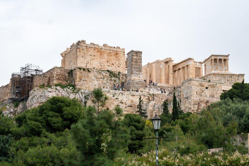 Atenas, Grécia - 25 04 2019: Templo do Partenon na acrópole em Atenas, Grécia foto de stock royalty free