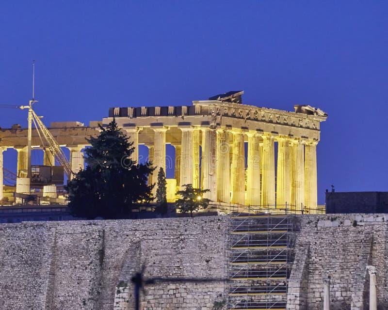 Atenas, Grécia, templo do Partenon na acrópole, opinião da noite imagem de stock