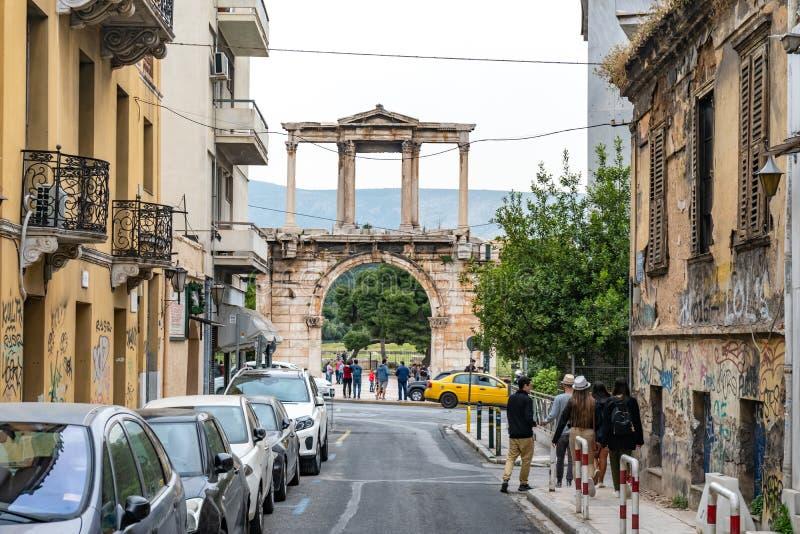 Atenas, Gr?cia - 25 04 2019: Arco de Hadrian ou de porta de Hadrian, Atenas, Grécia um dos marcos principais em Atenas foto de stock