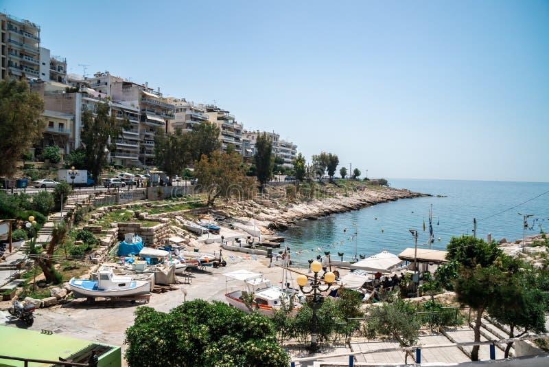 Atenas, Gr?cia - 26 04 2018: Costa bonita do mar Mediterrâneo em Piraeus, Atenas imagens de stock