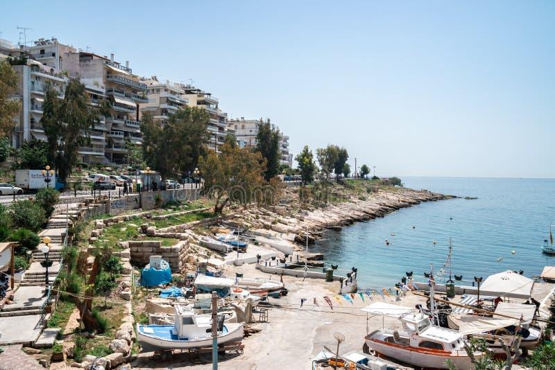 Atenas, Gr?cia - 26 04 2018: Costa bonita do mar Mediterr?neo em Piraeus, Atenas imagens de stock royalty free