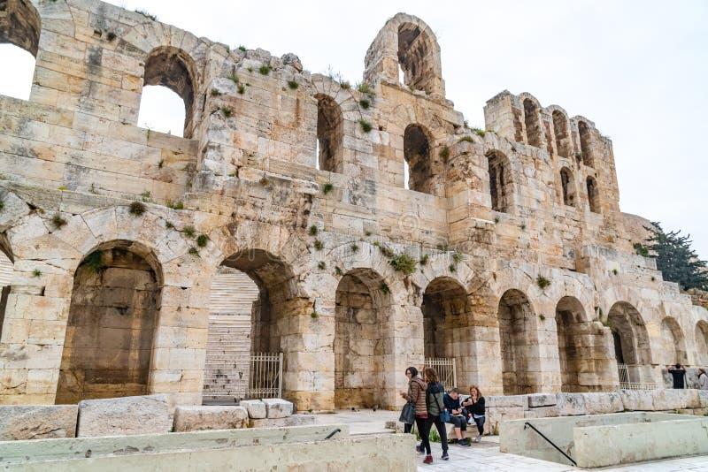 Atenas, Gr?cia - 25 04 2019: Parede do norte de Athene Amphitheater, Grécia antigo fotos de stock royalty free