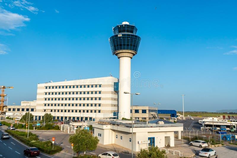 Atenas, Gr?cia - 27 04 2019: Torre de controlador a?reo do aeroporto internacional de Atenas fotos de stock