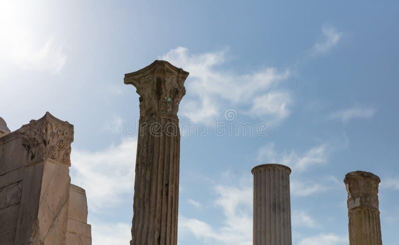 Atenas Grecia Columnas de la biblioteca de Hadrians, fondo del cielo azul, día soleado, área de Monastiraki foto de archivo