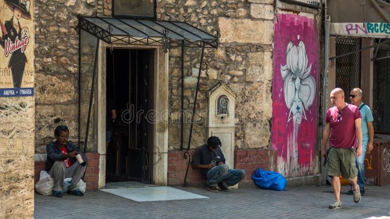 Atenas Grecia 17 de agosto de 2018: Dos hombres sin hogar en Atenas imagenes de archivo