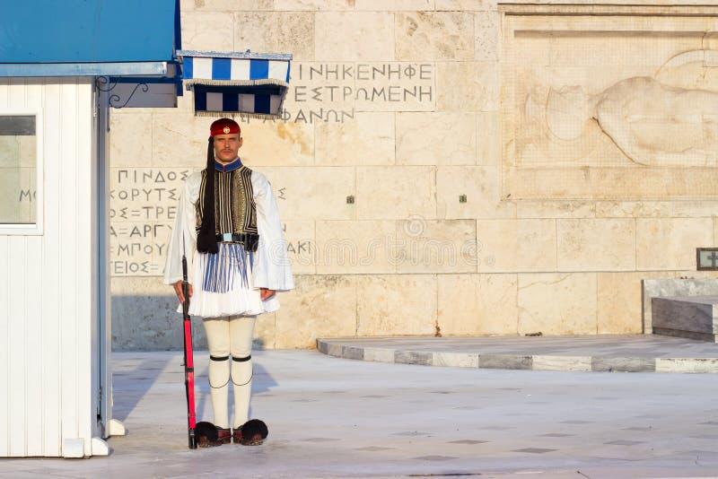 ATENAS, GRECIA - 15 de agosto de 2018: El guardia de Evzoni, Griego preside imagen de archivo