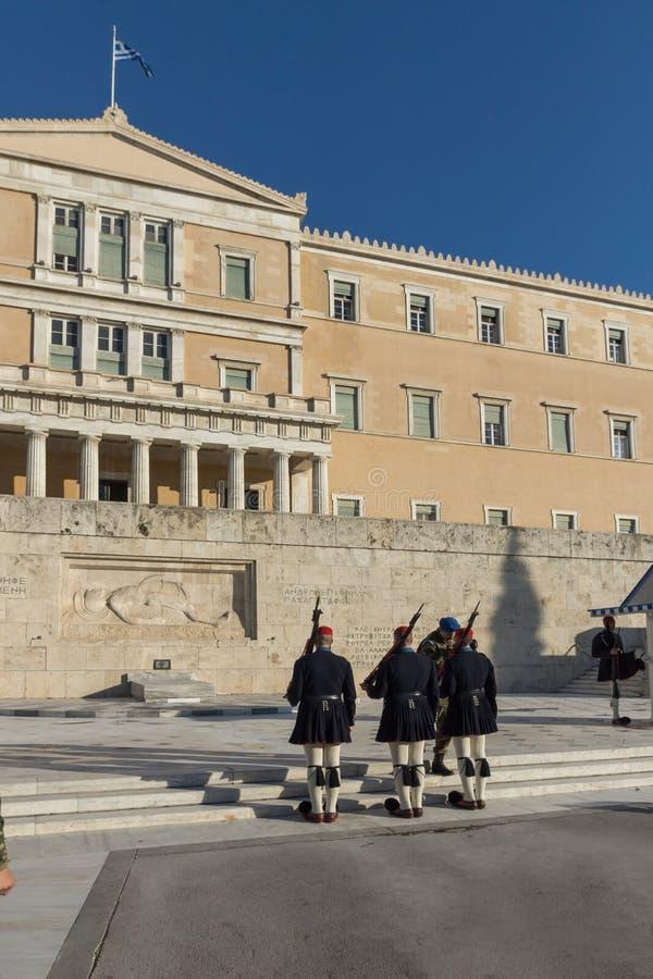 ATENAS, GRECIA - 19 DE ENERO DE 2017: Evzones - guardias presidenciales en la tumba del soldado desconocido, el parlamento griego imagenes de archivo
