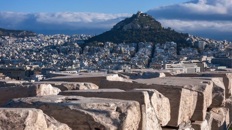 ATENAS, GRECIA - 20 DE ENERO DE 2017: Visión panorámica desde la acrópolis a la ciudad de Atenas, foto de archivo