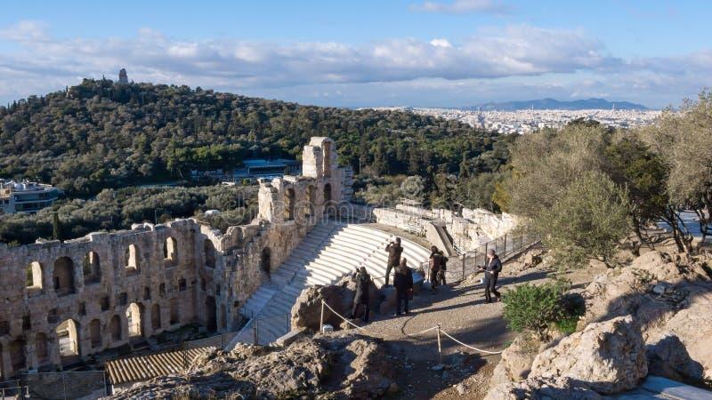 ATENAS, GRECIA - 20 DE ENERO DE 2017: Vista asombrosa de Odeon del Atticus de Herodes en la acrópolis de Atenas foto de archivo libre de regalías
