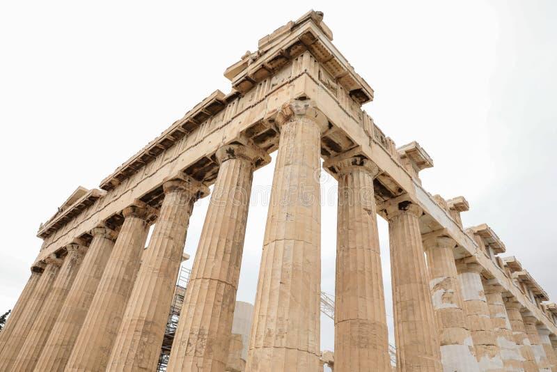 Atenas, Grecia - 23 de febrero de 2019: Fragmento de los elementos arquitectónicos del griego clásico de la fachada del este del  imagenes de archivo