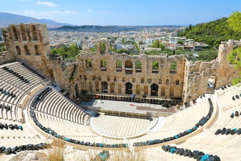 ATENAS, GRECIA - 18 DE JULIO DE 2018: Teatro antiguo en un día de verano en la acrópolis El Odeon del Atticus de Herodes en la cu imagenes de archivo