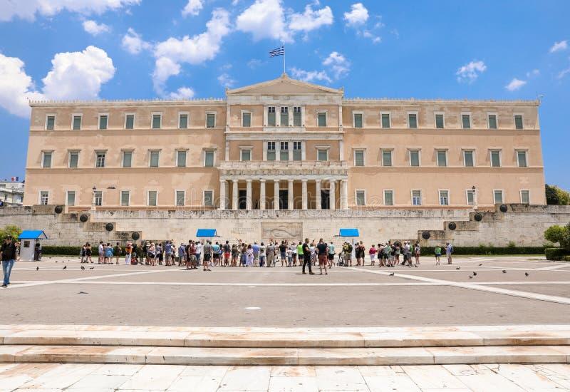 Atenas, Grecia - 25 de junio de 2017: Turistas delante de la casa griega del parlamento en el cuadrado del sintagma, Atenas, Grec fotografía de archivo