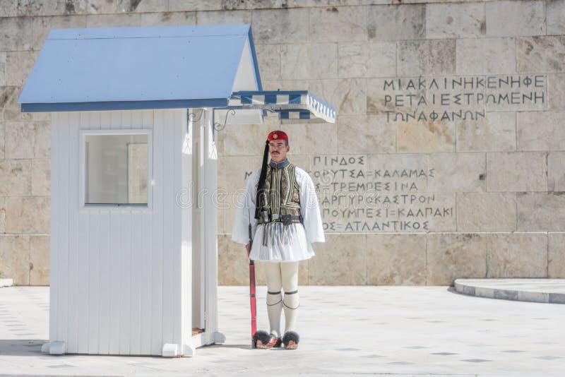Atenas, Grecia - 5 de marzo de 2017: Guardia de la situación de Evzonas en el parlamento griego fotos de archivo libres de regalías