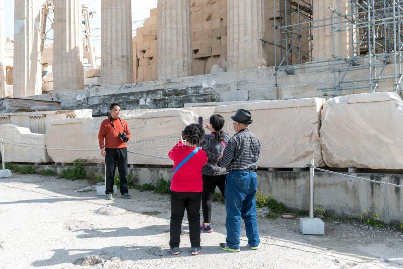 ATENAS, GRECIA - 6 DE MARZO DE 2018: Los visitantes hacen foto en el Acrop imágenes de archivo libres de regalías