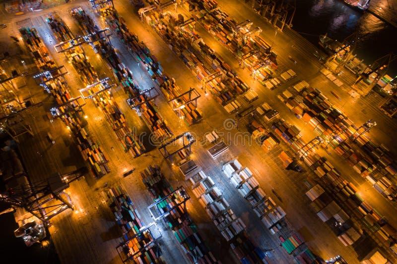 Atenas, Grecia - 15 de noviembre de 2017: opinión aérea de la noche del puerto del cargo de Perama imagen de archivo