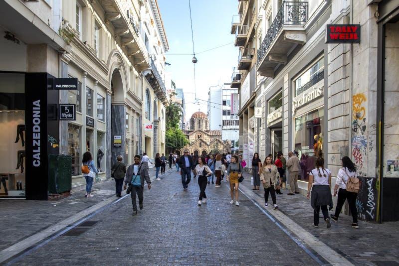 Atenas, Grecia - 16 de octubre de 2018: calle muy transitada de Atenas Turistas en las calles de Atenas, haciendo compras en Aten imagen de archivo