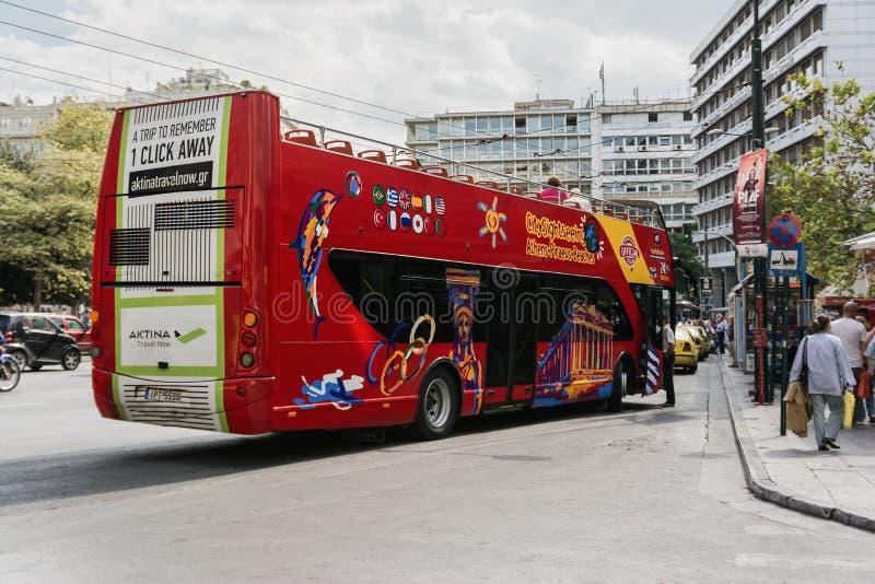 ATENAS, GRECIA 23 DE SEPTIEMBRE DE 2016: Autobús de visita turístico de excursión turístico rojo del autobús de dos pisos en Aten imagen de archivo