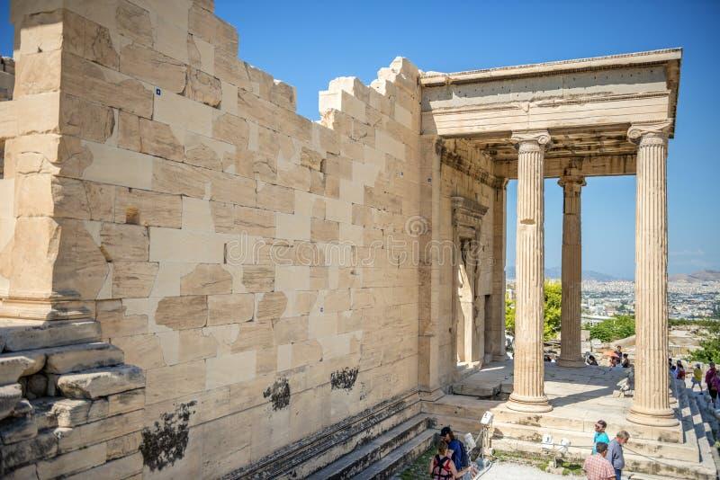Atenas, Grecia - 8 de septiembre de 2014: Turistas que hacen turismo la acrópolis imagen de archivo