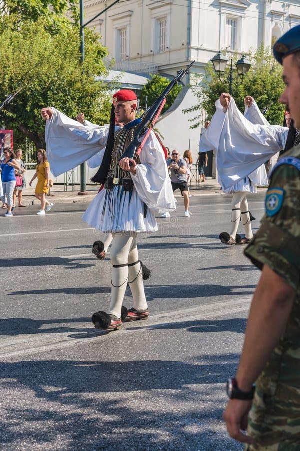 ATENAS, GRECIA - 16 DE SEPTIEMBRE DE 2018: Desfile militar para la Grecia Guarda ceremonia cambiante foto de archivo