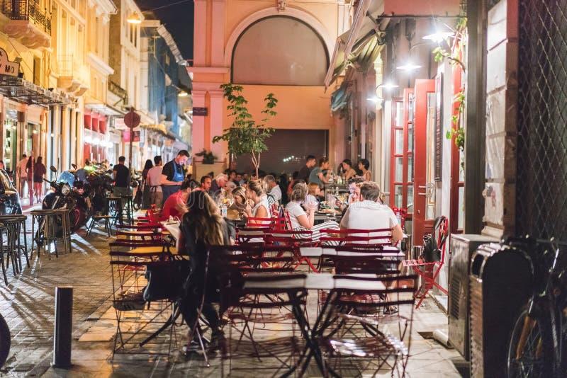 ATENAS, GRECIA - 16 DE SEPTIEMBRE DE 2018: Vistas nocturnas de la ciudad de Atenas Gente que se relaja después de trabajo Restaur foto de archivo libre de regalías