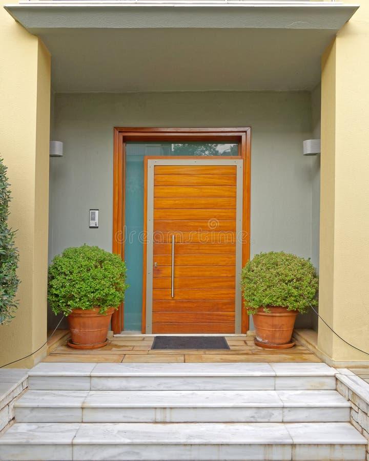 Atenas Grecia, entrada contemporánea de la casa con las macetas imagenes de archivo
