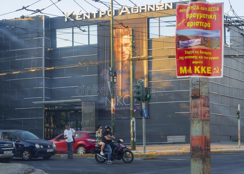 Atenas, Grecia, julio de 2019: Calles del distrito de Atenas de Tavros con los coches, las motocicletas y el verano e del cartel  imagenes de archivo