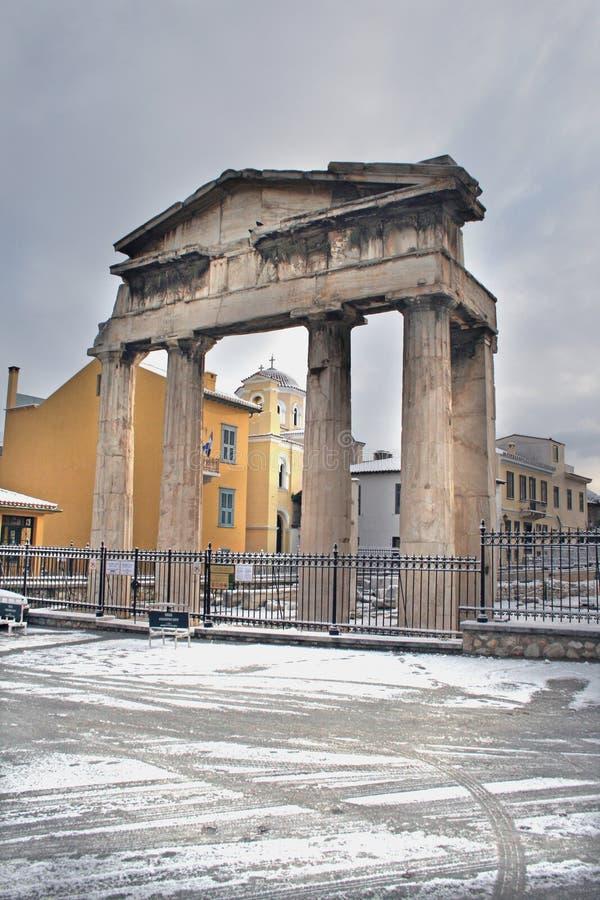 Atenas, Grecia - la entrada romana del foro en nieve imagen de archivo