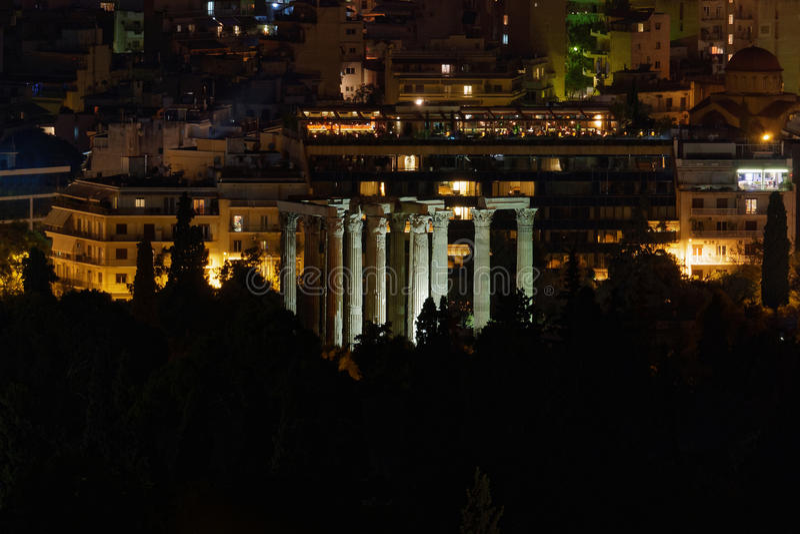 Atenas Grecia, opinión de la noche de las ruinas olímpicas del templo de Zeus imagen de archivo