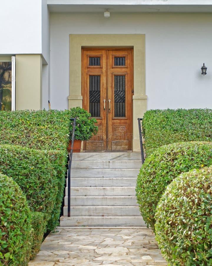 Atenas Grecia, puerta de entrada de madera natural de la casa del vintage fotografía de archivo