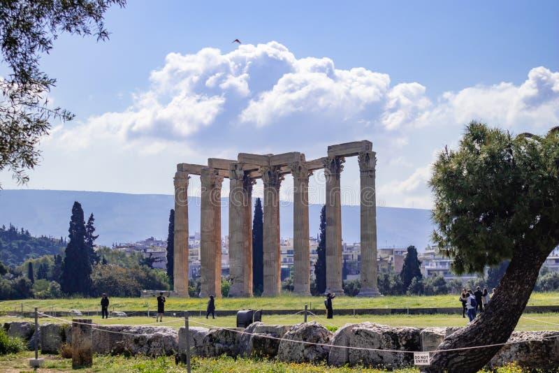 Atenas Greece Ruínas do templo antigo do olímpico de Zeus, dia ensolarado imagem de stock