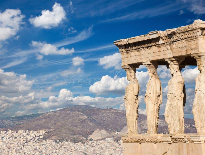Atenas - las estatuas de Erechtheion en acrópolis y la ciudad por mañana foto de archivo libre de regalías