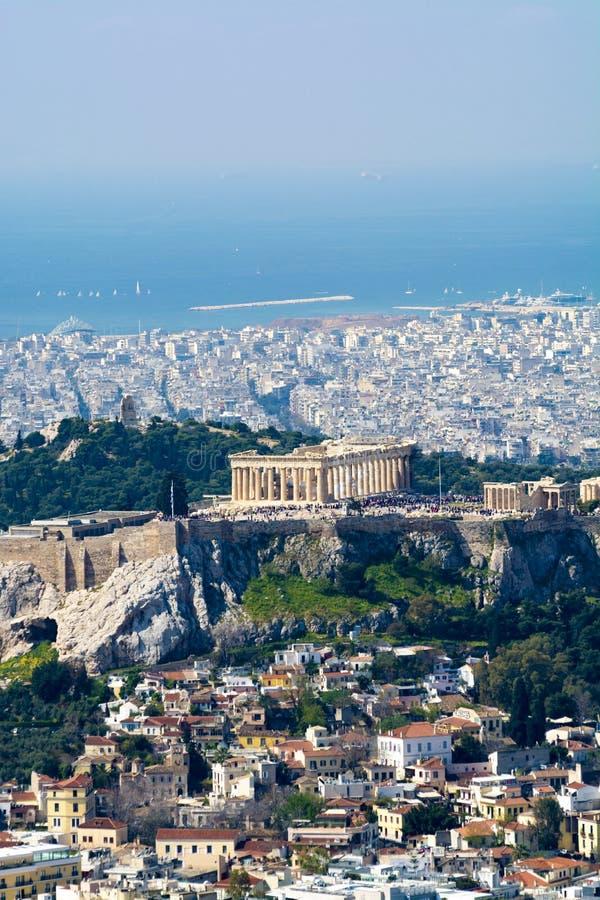 Atenas na mola, na vista do monte, na arquitetura da cidade com acrópole, nas ruas e nas construções, cultura urbal antiga fotos de stock royalty free