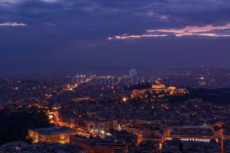 Atenas no crepúsculo - Partenon, acrópole, o parlamento grego foto de stock